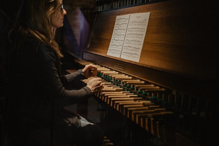 Stanowisko gdańskiego carillonisty objęła oficjalnie we wrześniu 2018 r., grająca na tym instrumencie dla mieszkańców już od 17 lat, Monika Kaźmierczak