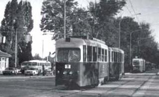 """Sylwetka wagonu """"1007"""" wydaje się wiele tracić na skutek przemalowania na kolory czerwony i biały, 1973"""