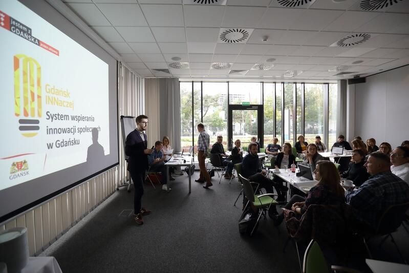 Pierwsze spotkanie w ramach projektu INNaczej w 2017 roku, mieszkańcy którzy wygrali konkurs na udział w nim, prezentują swoje pomysły. Nz. Michał Pielechowski.