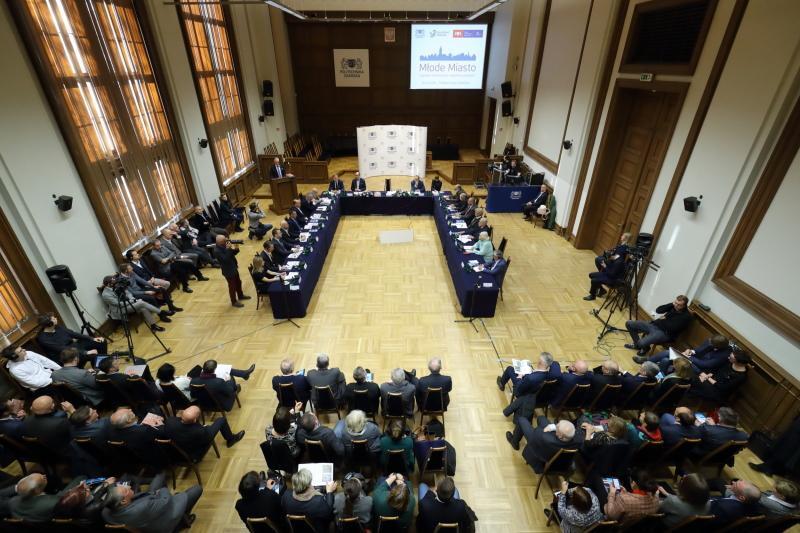 Debata o Młodym Mieście odbyła się 30 listopada 2018 r. w auli w Gmachu Głównym Politechniki Gdańskiej. Wszystkie miejsca były zajęte