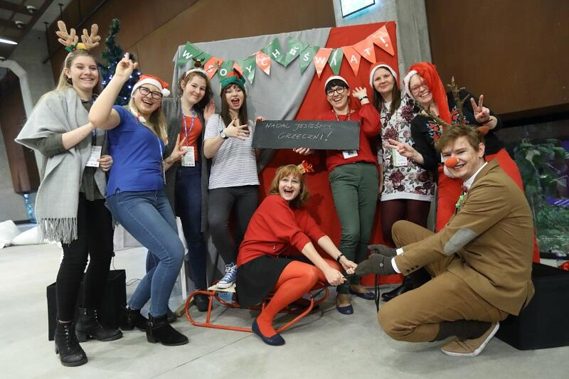 Tak pozowano na tle świątecznej ścianki selfie (plus przesłanie na tabliczce) w roku ubiegłym