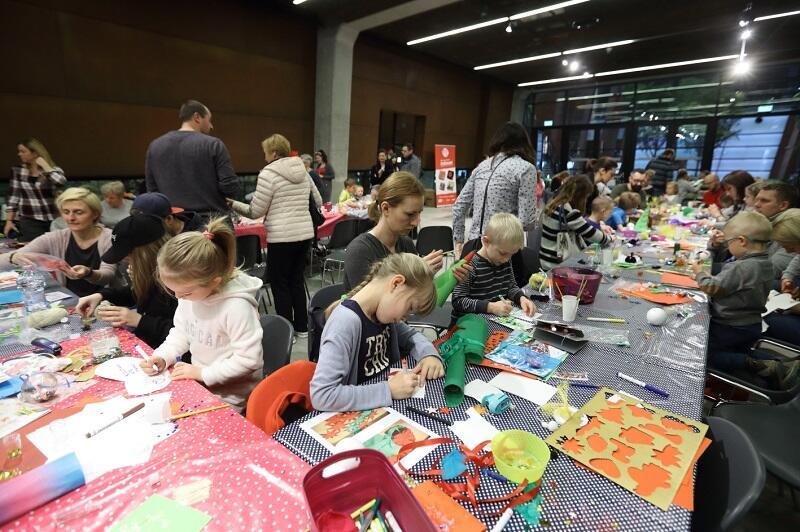 Bibuła, papier, farby, brokat, wstążki to materiały, z których i w tym roku zrobić będzie można ozdoby świąteczne pod okiem znawców tematu