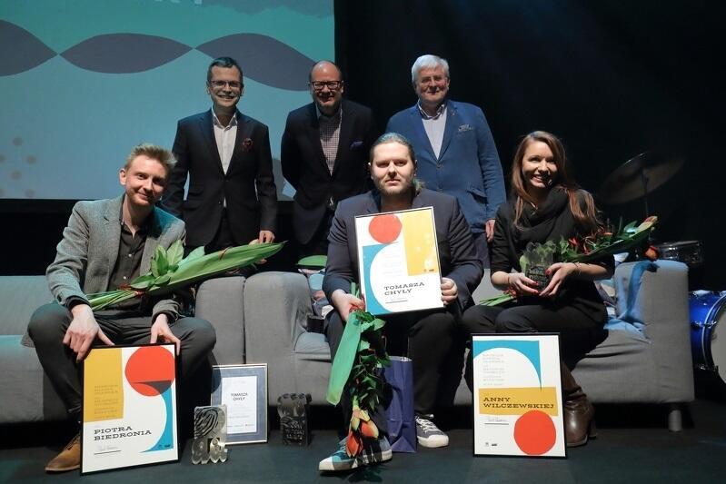 Laureaci Nagrody Miasta Gdańska dla Młodych Twórców w Dziedzinie Kultury wraz z redaktorem naczelnym GWT Mikołajem Chrzanem, prezydentem Pawłem Adamowiczem oraz Markiem Marek Bumblisem