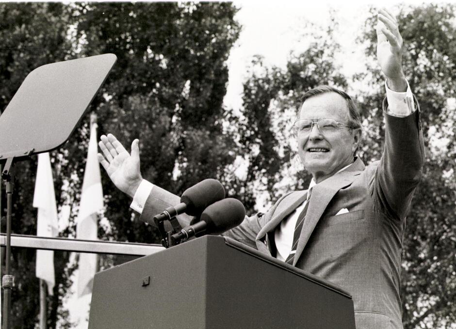 Wizyta prezydenta USA Georga H. W. Busha w w Gdansku. Gość na mównicy przed Stocznią Gdańską. 11 lipca 1989 roku