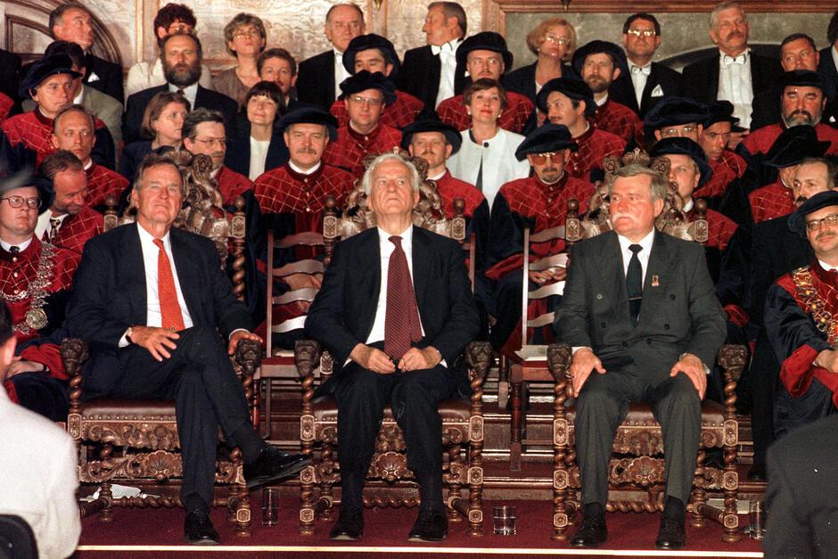 30 czerwca 1997 roku. George H.W. Bush, Richard von Weizsäcker i Lech Wałęsa podczas uroczystej sesji Rady Miasta Gdańska w Dworze Artusa odbierają tytuły Honorowych Obywateli Miasta Gdańska