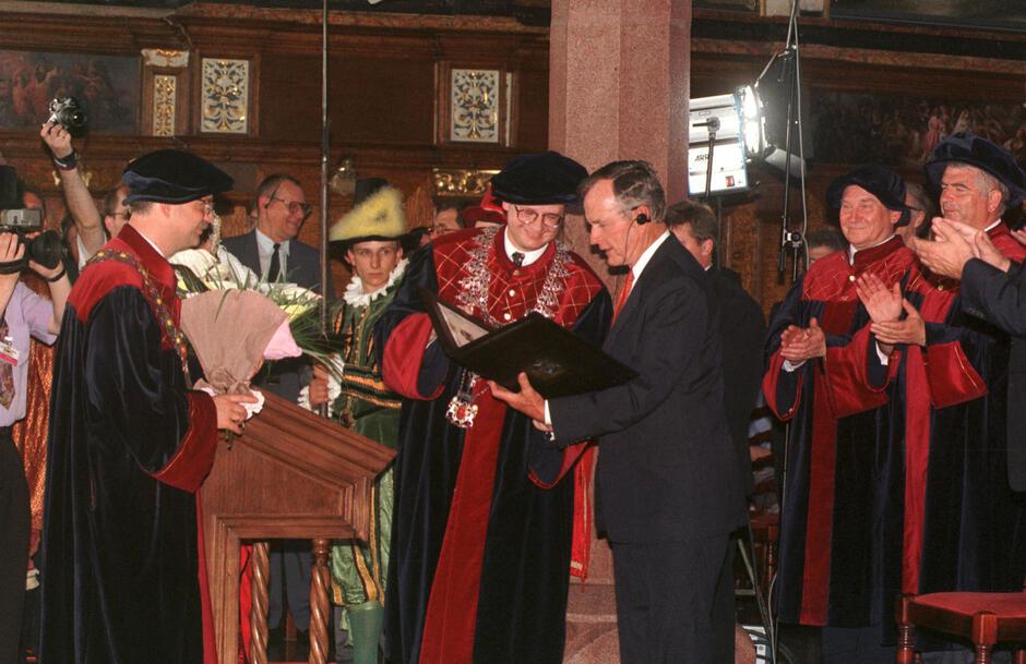 Prezydent Georg H. W. Bush otrzymuje tytuł Honorowego Obywatela Miasta Gdańska z rąk przewodniczącego Rady Miasta Pawła Adamowicza