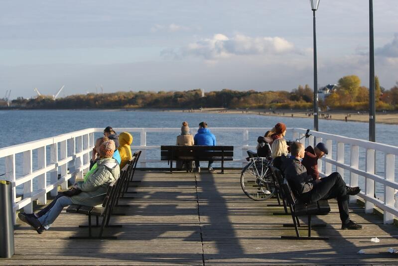 Słońce, ponad +10 stopni Celsjusza i spokojna sobota, 3 listopada. Na gdańskich plażach od Jelitkowa po Wyspę Sobieszewską było tłumnie. Z tego pięknego, jesiennego dnia korzystali nie tylko gdańszczanie, ale też goście z różnych stron kraju, którzy chętnie przyjeżdżają do Gdańska na wypoczynek poza sezonem