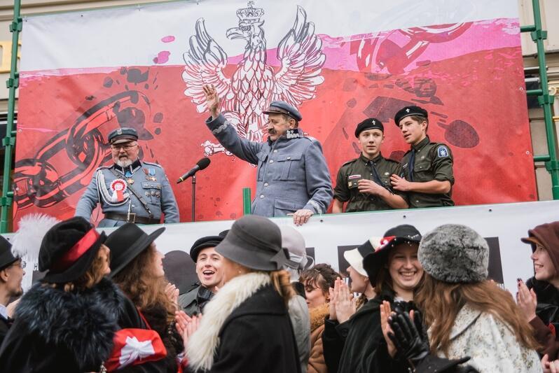 XVI Parada Niepodległości, która w niedzielę, 11 listopada, przeszła ulicami Gdańska w 100-lecie odzyskania przez Polskę Niepodległości miała rekordową frekwencję - około 30 tysięcy uczestników! - Naród to solidarna wspólnota pokoleń. Pamiętajmy o tym - mówił do zgromadzonych Paweł Adamowicz, prezydent miasta