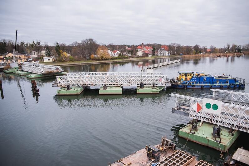 Od 10 listopada na Wyspę Sobieszewską można dojechać nowym zwodzonym mostem. Stary pontonowy most służył ponad 40 lat, w połowie miesiąca rozpoczęły się jego pierwsze prace rozbiórkowe