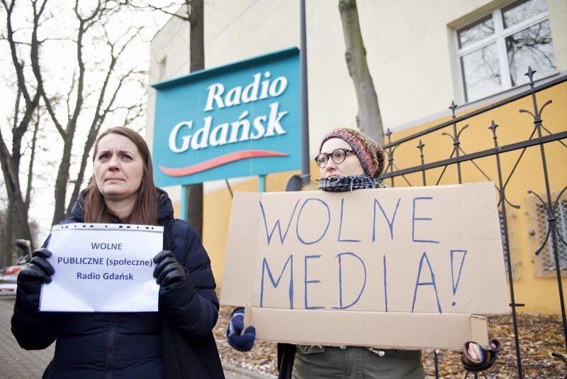 Anita Czarniecka (z lewej) podczas konferencji prasowej na temat akcji w obronie dwoch dziennikarzy Radia Gdańsk