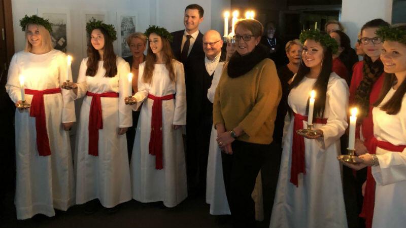 Orszak św. Łucji w poniedziałek, 3 grudnia, trafił do Urzędu Miejskego w Gdańsku. W środku w żółtym sweterku Margita Jvholm z Urzędu Miejskiego w Kalmar, która po raz 21. przywiozła do Gdańska orszak św. Łucji. To jej ostatni przyjazd do Gdańska w tym charakterze - w tym roku odchodzi na emeryturę