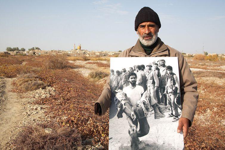 Bohaterem dokumentu Mocniejsze od kul  jest irański fotograf, Saeed Sadeghi, autor ikonicznych zdjęć ochotników z czasów konfliktu z Irakiem. Podróżuje po kraju, próbując odnaleźć nielicznych żyjących bohaterów swoich fotografii.