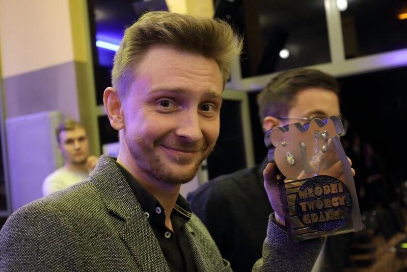 Piotr Biedroń, aktor Teatru Wybrzeże ze statuetką autorstwa Tomasza Radziewicza, przyznawaną laureatom Nagrody Miasta Gdańska dla Młodych Twórców w Dziedzinie Kultury