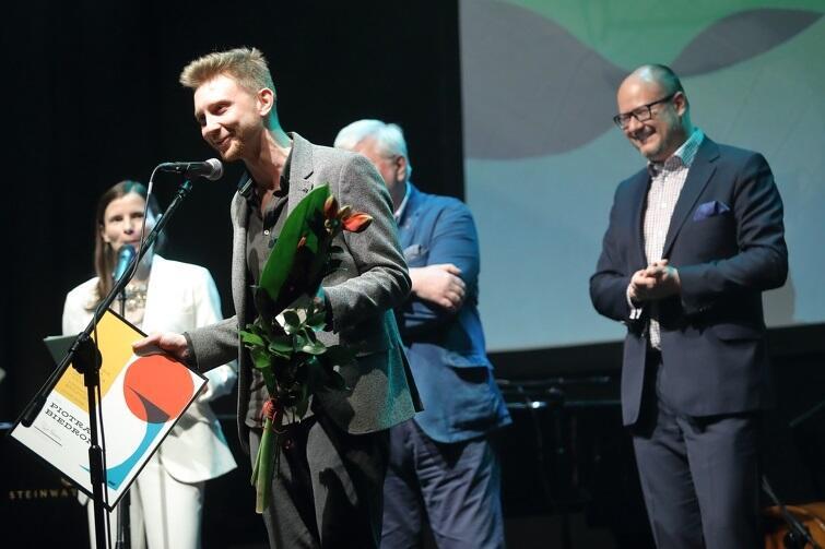 Piotr Biedroń podczas uroczystości wręczania Nagrody Miasta Gdańska dla Młodych Twórców w Dziedzinie Kultury w Klubie Żak