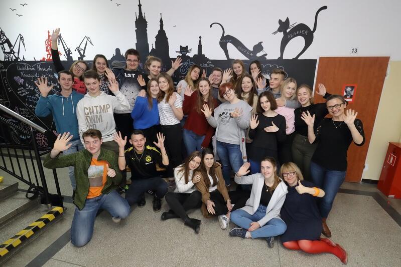 Drużyna wolontariuszy ze Szkół Ekonomiczno-Handlowych im. Macierzy Szkolnej w Gdańsku. W prawym dolnym rogu siedzi Dorota Zyskowska