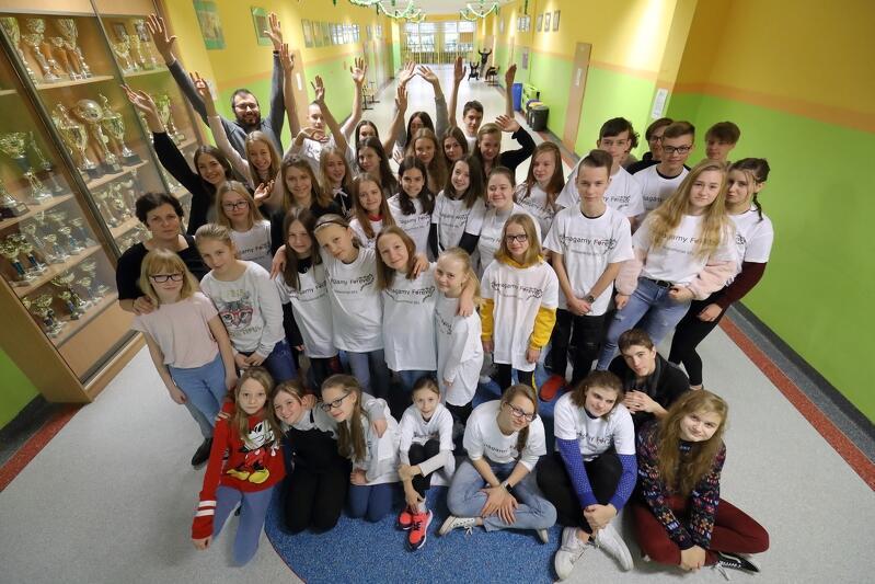 Wolontariusze ze Szkoły Podstawowej nr 2 w Gdańsku. Z lewej stoi Jolanta Giza, za nią Damian Lampka