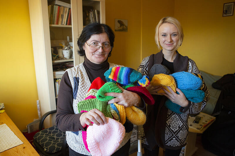Anna Miękina w swoim mieszkaniu z Weroniką Reżutką z Polskiego Centrum Pomocy Międzynarodowej, która przyjechała z Warszawy do Gdańska tylko na kika godzin, po odbiór daru