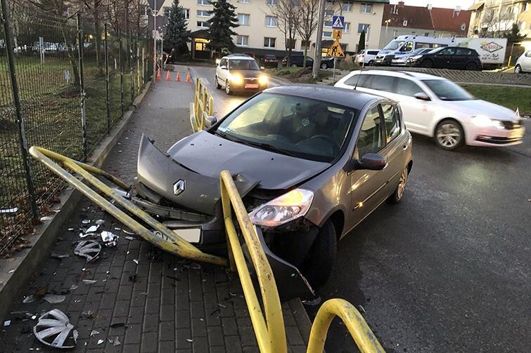 Do najgroźniejszego zdarzenia drogowego doszło na Starym Chełmie, przy Szkole Podstawowej nr 47. Jest tam ostry zakręt, w którym z powodu 'szklanki' nie zmieścił się kierowca renaulta. Auto staranowało barierki oddzielające chodnik od jezdni. Szczęśliwie nikt nie ucierpiał