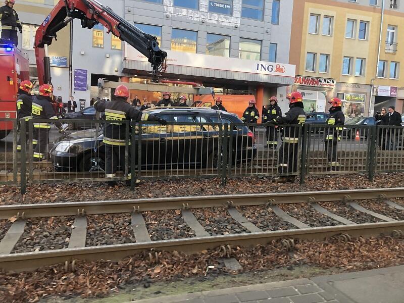 Samochód osobowy z torowiska na skrzyżowaniu Grunwaldzkiej i Miszewskiego już usunięty