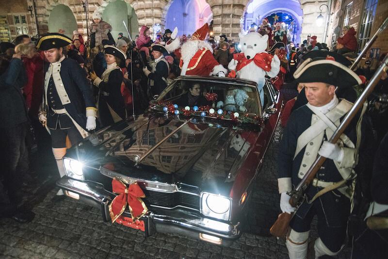Prócz baśniowych postaci Mikołajowi towarzyszyły też takie z krwi i kości. Odpowiedzialność za to, by Mikołaj był bezpieczny, wzięli żołnierze ze Stowarzyszenia Garnizon Gdańsk