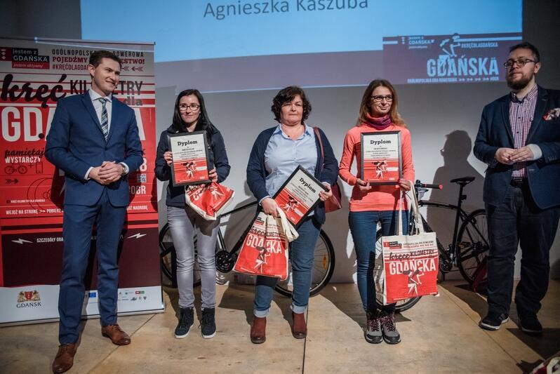 Na uroczystości stawiły się trzy z pięciu najlepszych rowerzystek (od l.): Piotr Grzelak z-ca prezydenta Gdańska, Agnieszka Kaszuba, Ewa Wyszomirska, Małgorzata Wilma i Łukasz Witczak