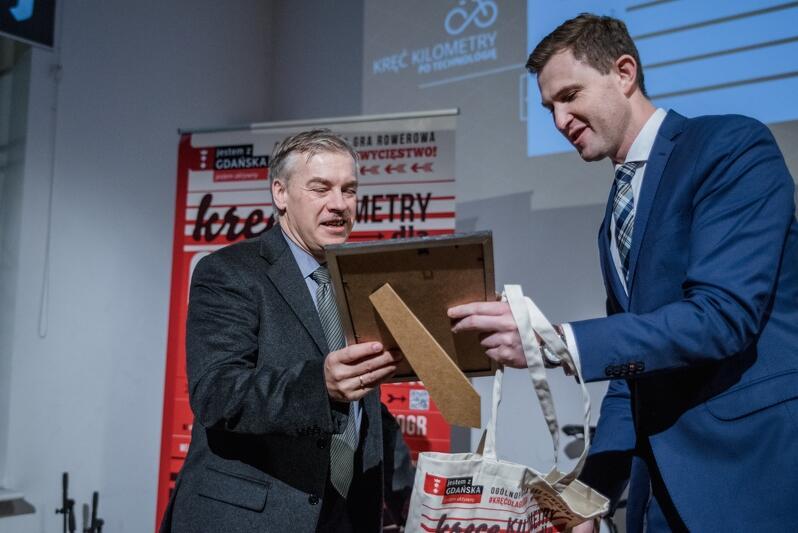 Tadeusz Wróbel, autor perfekcyjnej rozgrzewki, odbiera dyplom z rąk prezydenta Piotra Grzelaka