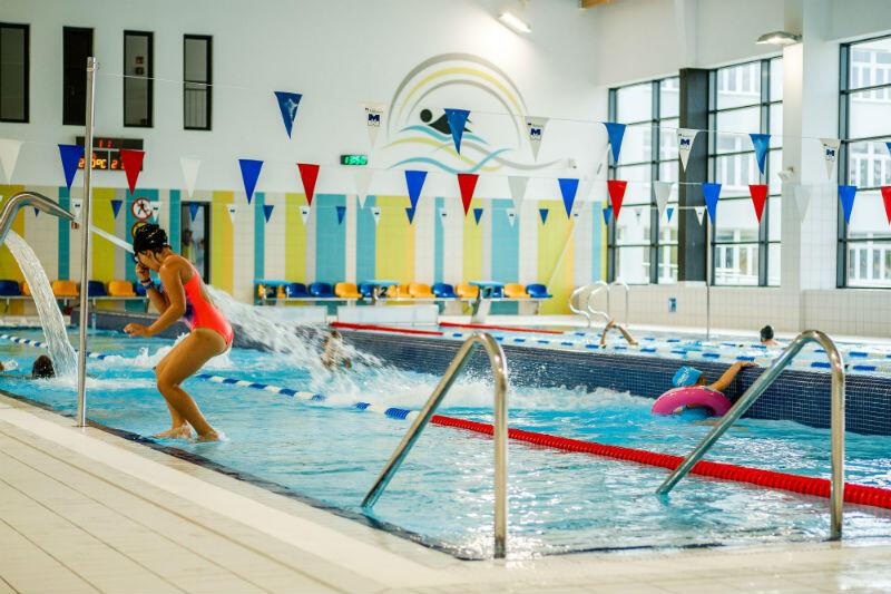 Na pływalniach znajdują się baseny pływackie oraz baseny rekreacyjne o głębokości około 1 metra