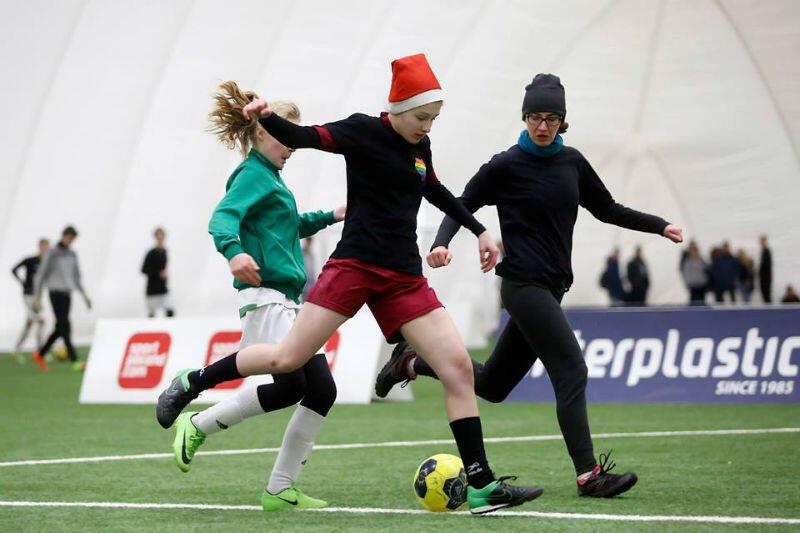 O świątecznej atmosferze przypominają mikołajkowe czapki na głowach niektórych piłkarzy. Czy tym razem będzie podobnie?