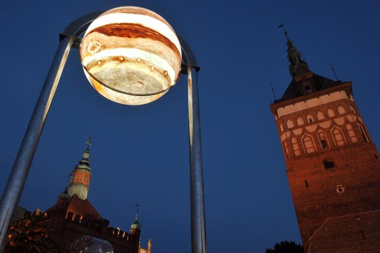 Co po decyzji rządu zostanie z kosmicznych perspektyw Gdańska? Czy tylko pamiątkowe zdjęcia z lata 2015 r., kiedy to na Targu Węglowym eksponowane były podświetlone makiety planet Układu Słonecznego? (nz. Jowisz)