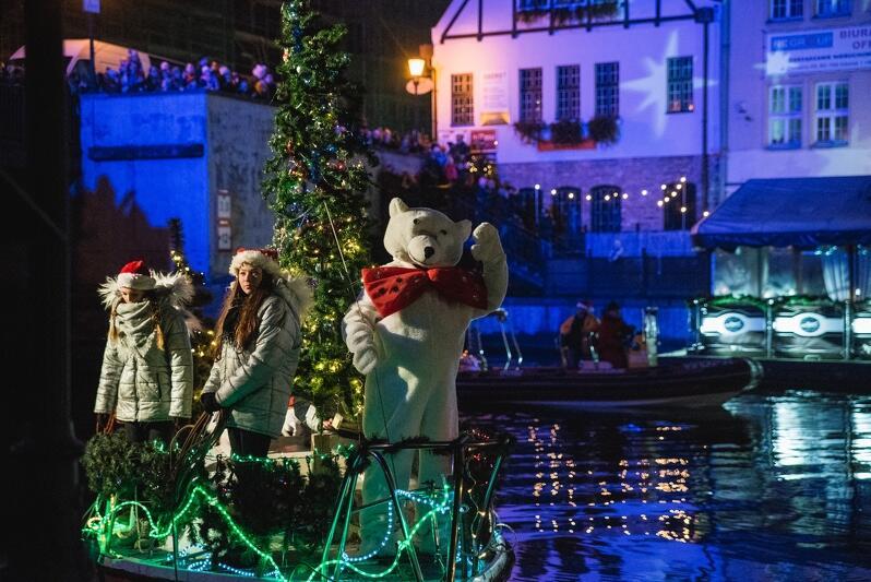 Świętemu Mikołajowi w wodnej podróży do Gdańska towarzyszył biały miś przy wsparciu Gdańskiego Wodnego Ochotniczego Pogotowia Ratunkowego.