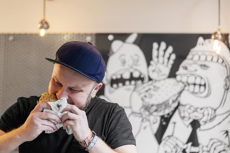 Łukasz Wingert ma 35 lat i jest gdańszczaninem. Kilka lat temu, wraz ze wspólnikiem, chcieli otworzyć smażalnię burgerów dla surferów na Półwyspie Helskim. Ten pomysł nie wypalił, ale biznes, którzy swój początek miał w Gdańsku, już tak!