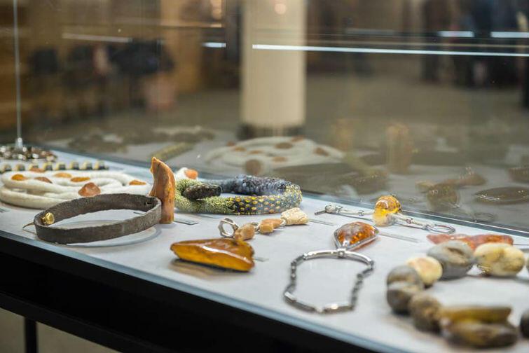 """Wystawa """"Bursztyn bałtycki. Tradycja i innowacja 2.0"""" została poświęcona temu kruszcowi. Z sukcesami została zaprezentowana w Gdańsku, Mediolanie i Brukseli"""