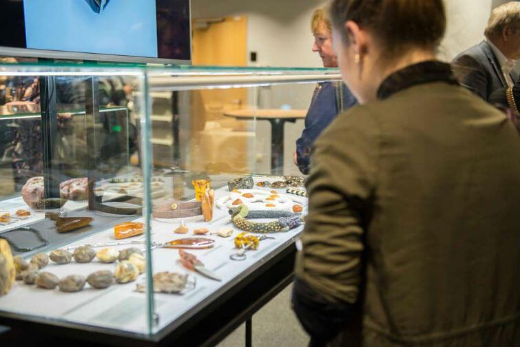 Wśród kilkuset eksponatów na wystawie można było podziwiać m.in. repliki bransoletki Michelle Obamy i bransolety Roda Stewarta, a także naszyjnika Księżnej Kate i spinek Księcia Williama