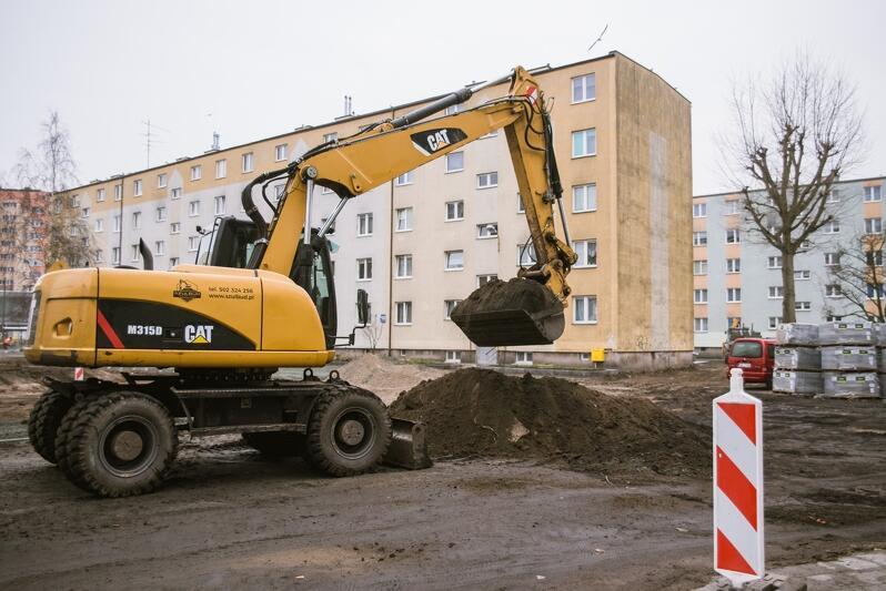Prace przy odwadnianiu podwórek na Stogach prowadzone są od października