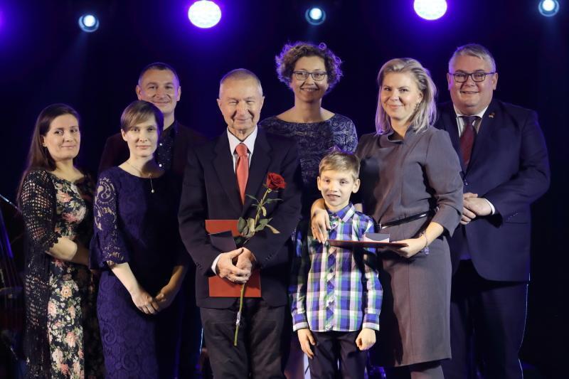 Laureaci pierwszej Gdańskiej Nagrody Równości: Piotr Bogdanowicz i Agnieszka Kasprzyk-Mączyńska z synem