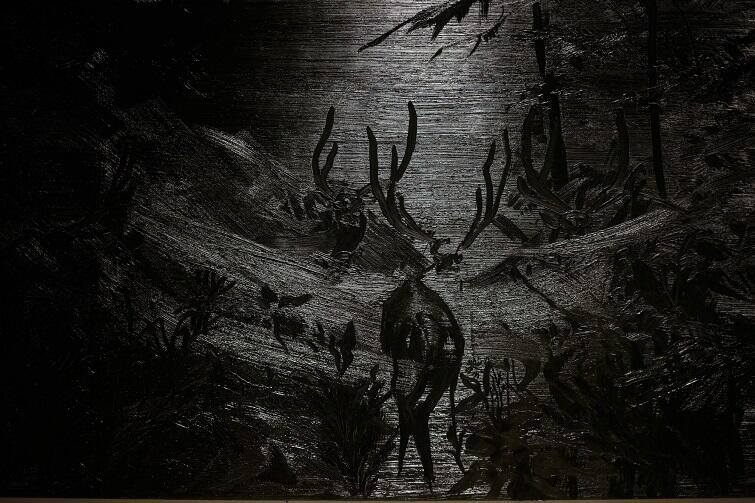 - Interesujące zaczyna być zderzenie zabiegów na płótnie ze światłem, które pada na dany obraz... Zwierzęta zdają się biegać, konary drzew poruszać, woda drgać - mówi Agata Nowosielska