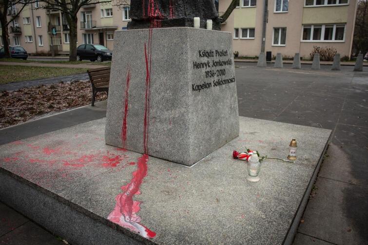 Cokół pomnika ks. Jankowskiego po oblaniu farbą