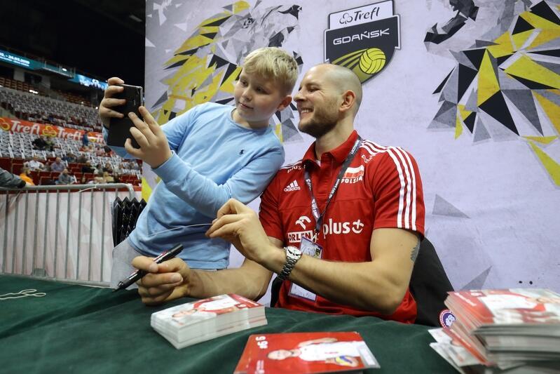 Bartosz Kurek rozdawał autografy i pozował do zdjęć