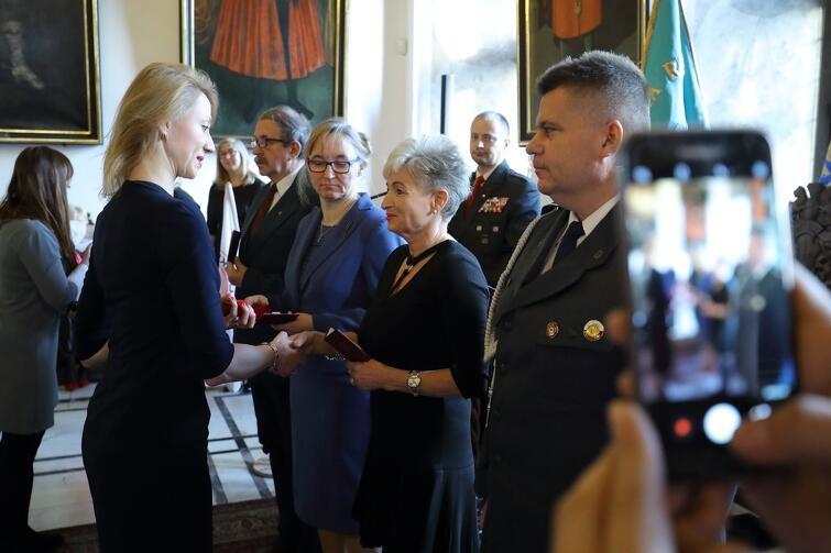 Marszałek Agnieszka Kapała-Sokalska (członek Zarządu Województwa Pomorskiego) wręcza nagrody odznaczonym