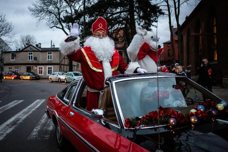 Mikołaj zajechał na Orunię zabytkową limuzyną
