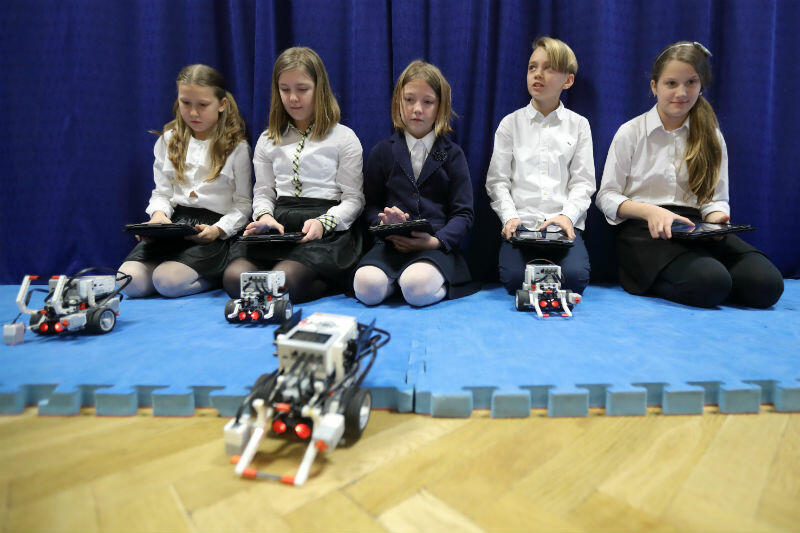 Symboliczne przekazanie sprzętu komputerowego do gdańskich szkół odbyło się w grudniu 2017 roku w SP 49
