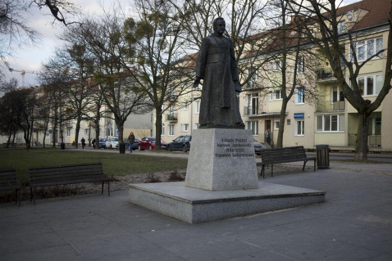 Pomnik ks. Jankowskiego stoi między ulicami Mniszki i Stolarską