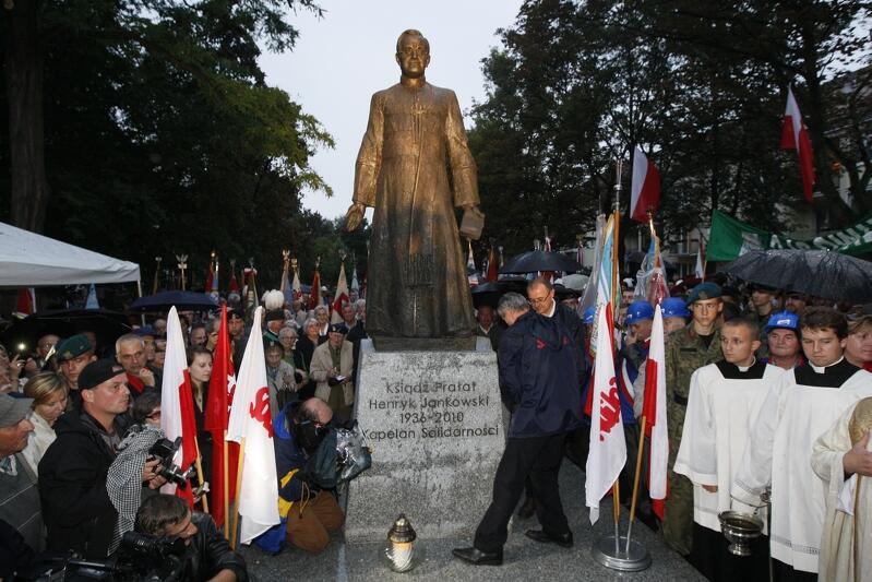 Uroczystość odsłonięcia i poświęcenia Pomnika Księdza Prałata Henryka Jankowskiego, zmarłego przed dwoma laty kapelana Solidarności  i wieloletniego proboszcza Bazyliki św. Brygidy w Gdańsku, przy której stanął pomnik