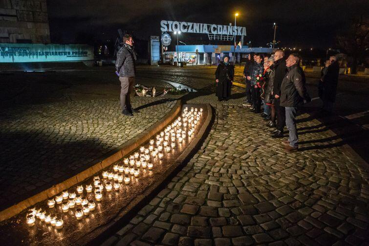 Nocne czuwanie to symboliczny sposób upamiętnienia ofiar stanu wojennego.