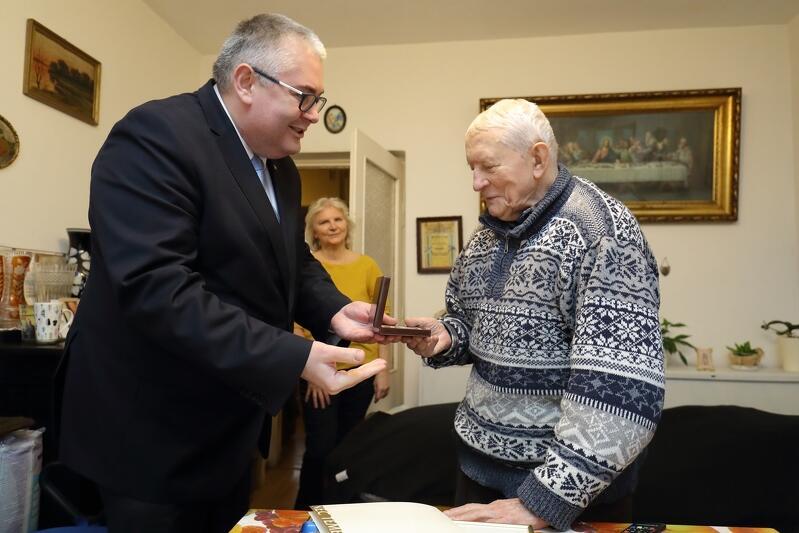 Zastępca prezydenta Gdańska wręcza jubilatowi pamiątkowy medal 100-lecia Niepodległości