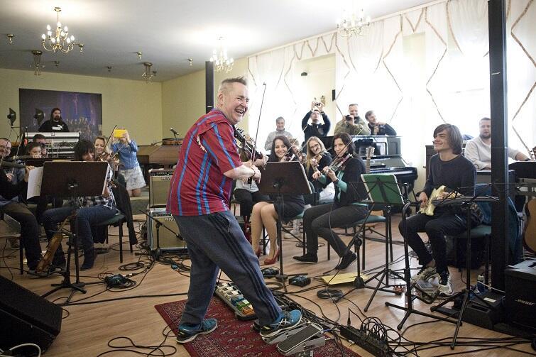 Zespół Cappella Gedanensis w swojej siedzibie, podczas próby z Nigel'em Kennedy'm, przed trasą koncertową 'The New Four Seasons and My World' (2017 r.)