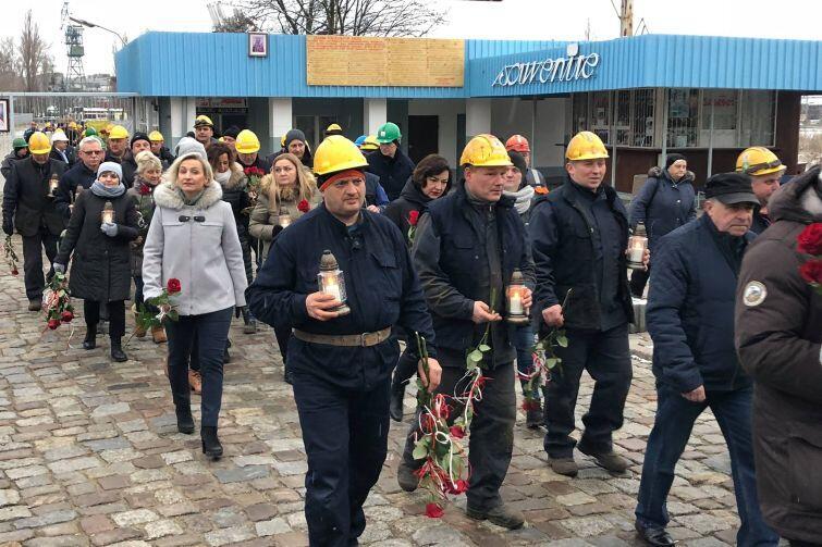 Stoczniowcy złożyli pod Pomnikiem kwiaty i zapalili znicze