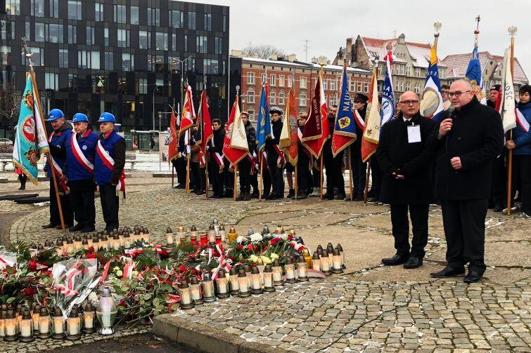 Nz. (od lewej) Wojciech Książek, NSZZ Solidarność i Piotr Kowalczuk, zastępca prezydenta Gdańska