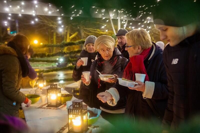 Przy wigilijnym stole ustawionym przed Oliwskim Ratuszem Kultury zatrzymywały się w sobotnie popołudnie setki osób. Dania były wspólnym dziełem mieszkańców i oliwskich gastronomików