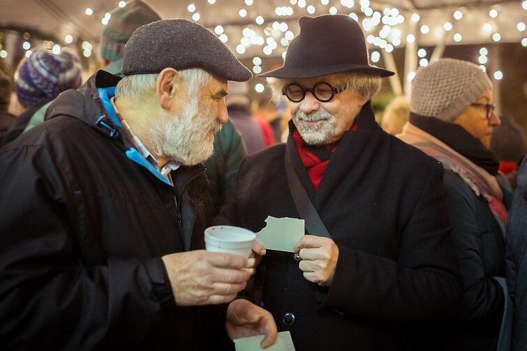 – Pozdrawiamy z Wigilii Oliwskiej. Wigilii niezwykłej, na którą zaproszeni są chrześcijanie, Żydzi, muzułmanie, agnostycy i wszelkiej maści heretycy – ludzie. Wigilii, której celem jest, żeby ludzie okazali sobie życzliwość. Wesołych świąt i wszystkiego dobrego w nowym roku – pozdrawiał wszystkich Andrzej Stelmasiewicz